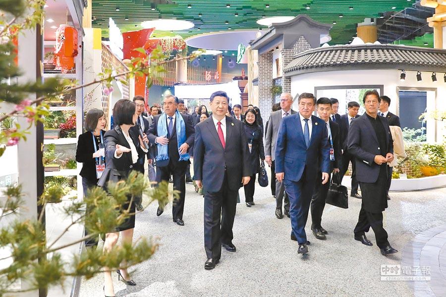 4月28日,大陸國家主席習近平(中)出席北京世界園藝博覽會,與外方領導人共同參觀園藝展。(新華社)