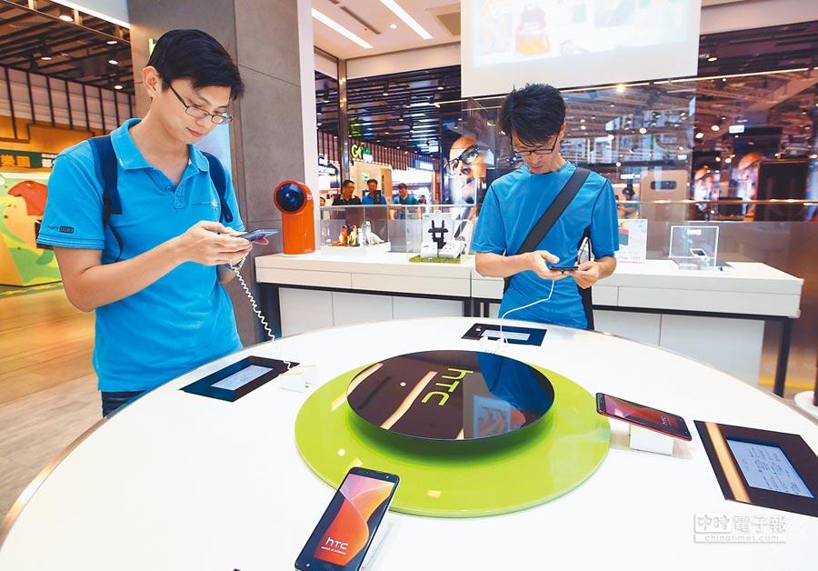 智慧手機銷售不佳,影響台灣第一季出口表現。圖為消費者在選購手機。(本報系資料照片)