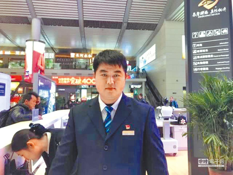 大鼻涕男孩長大了,現在是濟南高鐵站的一個客運員。(取自中國青年網)