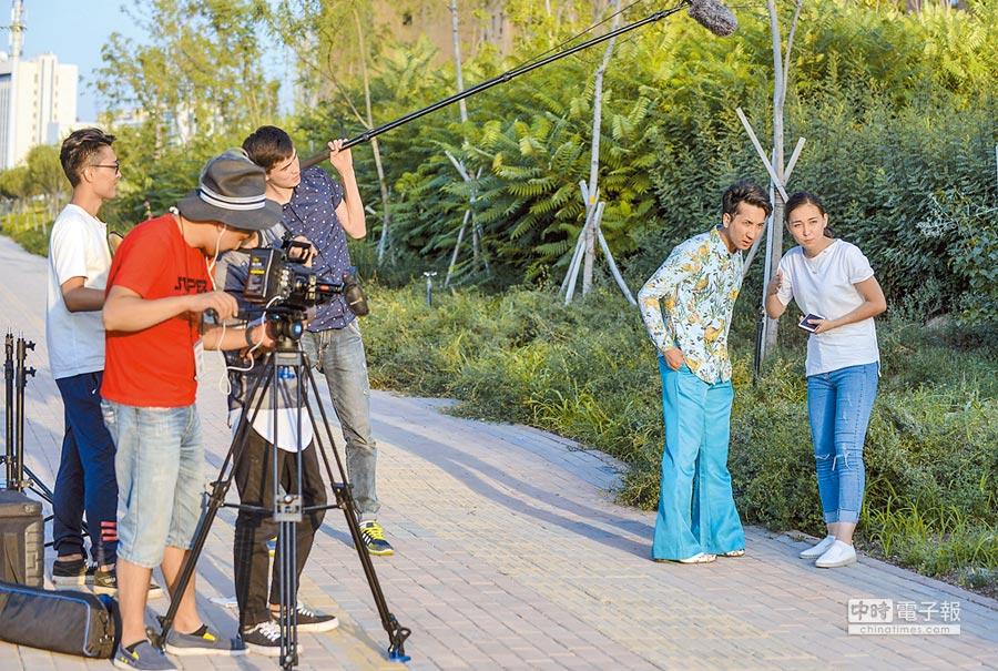 烏魯木齊一處街區,一網路短劇劇組工作人員在進行拍攝。(新華社資料照片)