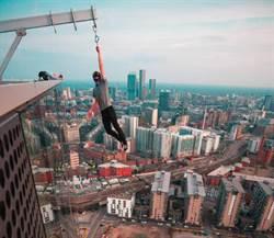 少年驚險玩命 懸空高掛摩天大樓外