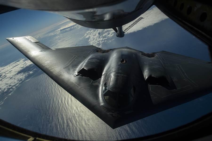 B-2是長程轟炸機,飛行時間極長,加上進行空中加油後,飛行時間會更長,飛行員的體力管理就非常重要。(圖/美國空軍)