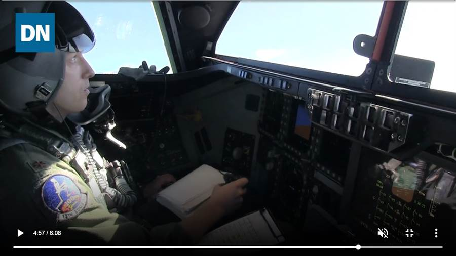 B-2轟炸機只有2人操作,且都是長途駕駛,休息時間很少。(圖/Youtube截圖)