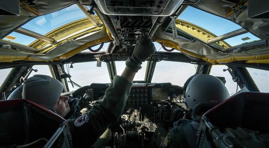 B-52同樣也是長途轟炸機,但機上配置5人,飛行員可以休息的時間較多。圖為B-52駕駛艙。(圖/美國空軍)