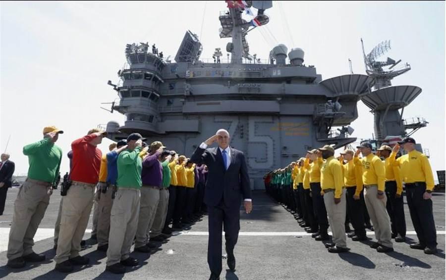 美國副總統彭斯(Mike Pence)周二登上尼米茲級(Nimitz-Class)核動力航母「杜魯門」號時,接受艦上官兵歡迎致意。(美聯社)
