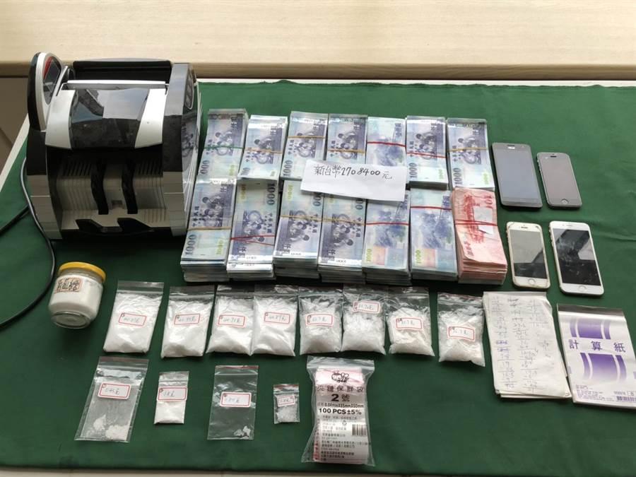 警方查扣270多萬元疑似販售所得,還出動點鈔機處理。(甘嘉雯翻攝)