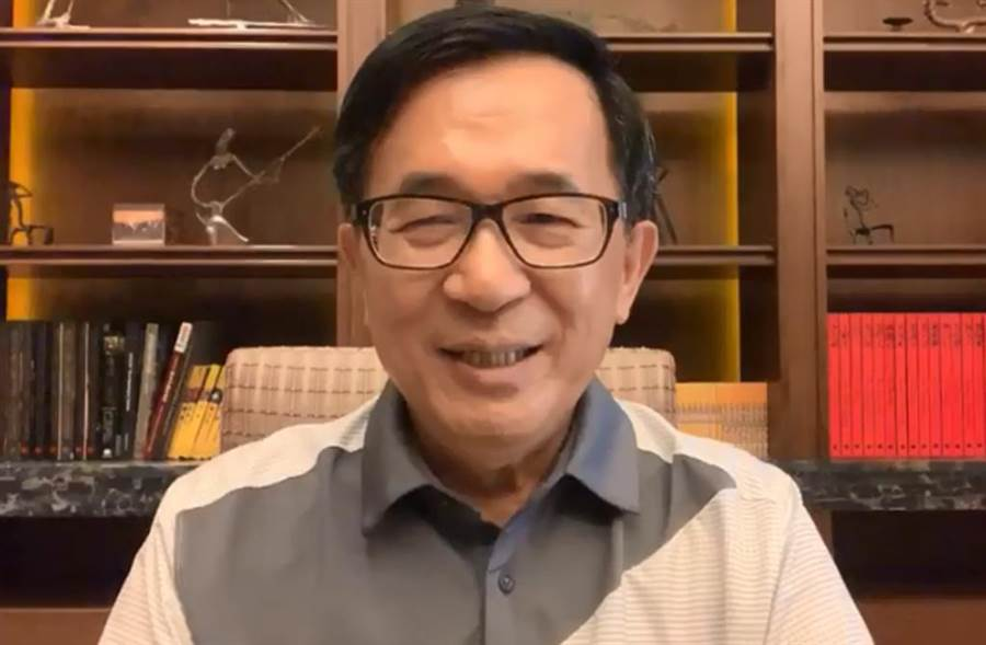 前總統陳水扁近期頻在臉書開直播。(截自YonGe Chen臉書)