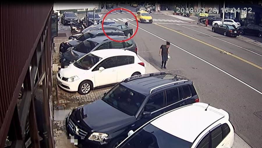 呂姓車主將愛車停放於東區旱溪街路旁,車頭遭毀損,趙姓老翁到案否認稱無感。(照片由警方提供)