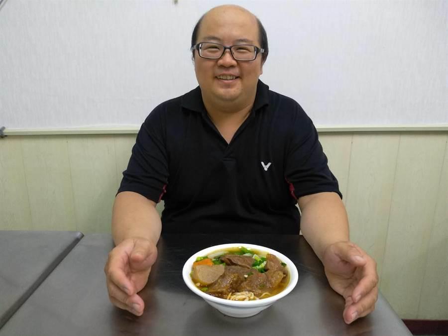 五星級飯店甜點師傅王鼎嘉白天做甜點,晚上煮牛肉麵。(曹明正攝)