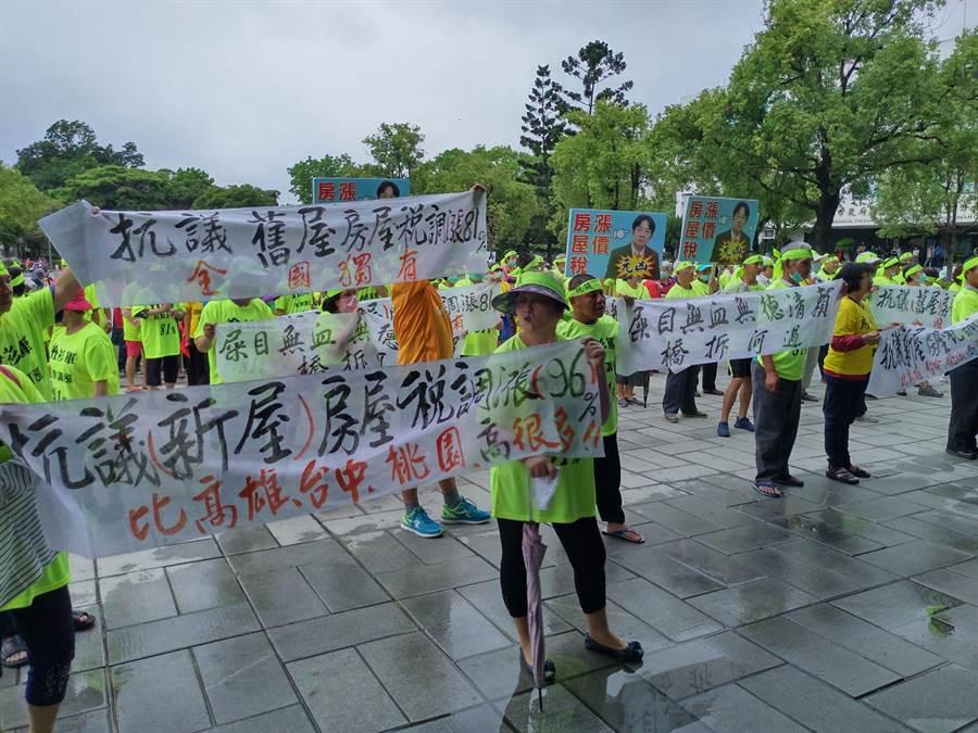 國民黨8名市議員與近200名房衫軍上午到民治市政中心前抗議。(莊曜聰攝)