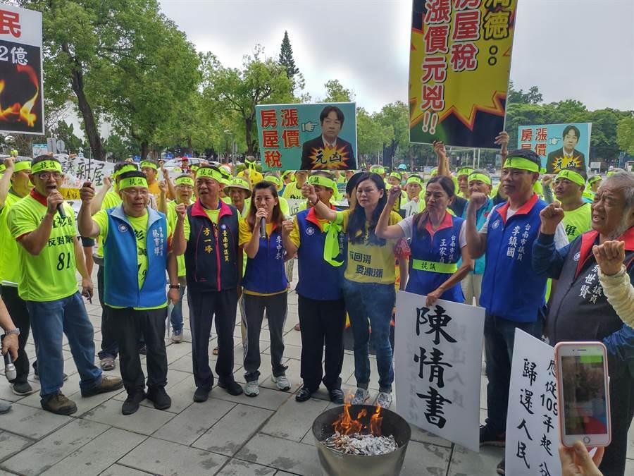 抗議民眾放火抗議。(莊曜聰攝)