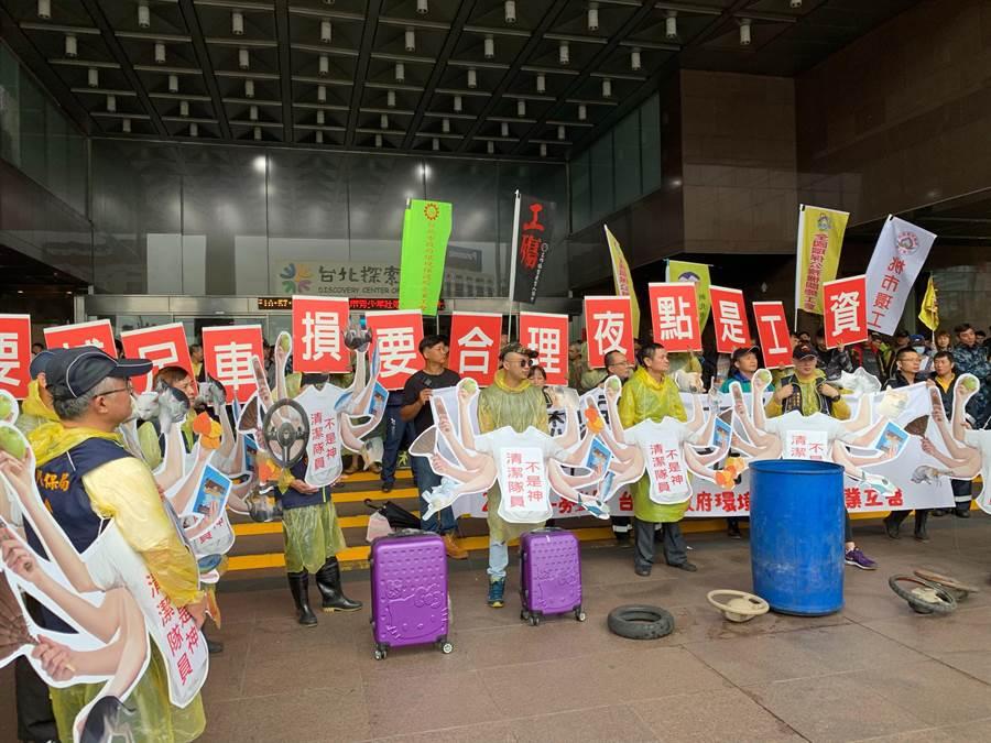 今天是勞動節,北市府清潔隊員所組成的「台北市政府環境保護局企業工會」上午號召上百人在市府前陳情,提出人力要補足、車損要合理、夜點是工資3大訴求。(工會提供)