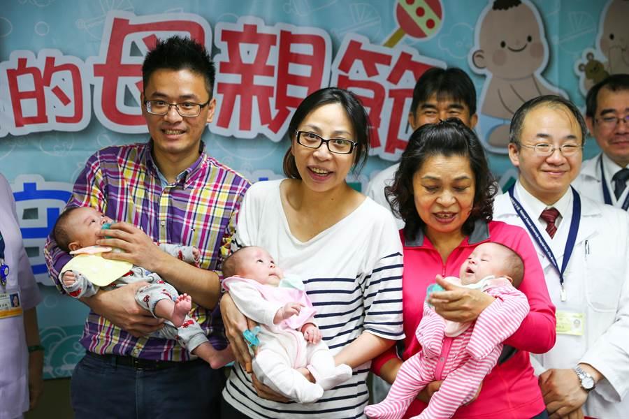 新竹黃姓工程師(左)與馮姓妻子(左二)喜得三胞胎。(徐養齡攝)
