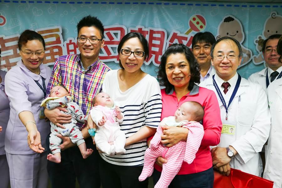 新竹黃姓工程師(左二)與馮姓妻子(左三)喜得三胞胎。(徐養齡攝)