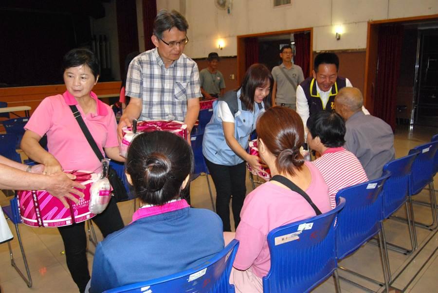 彰化最年輕美女代表鐘芮妤,義賣玩偶捐152戶低收入戶母親節蛋糕。(吳敏菁攝)