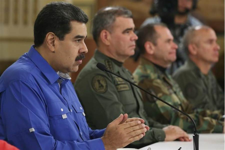 隨著委內瑞拉反對派領袖瓜伊多發動新一波示威,美國國務卿蓬佩奧宣稱委國總統馬杜洛已準備逃往古巴,但馬杜洛隨後與國防部長帕屈諾一同現身在電視上,駁斥這項說法。(美聯社)
