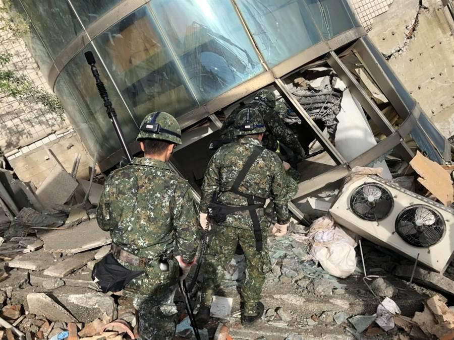 在蘇貞昌要求下,國軍官兵未來可能不再穿現有軍服救災。(國防部提供)