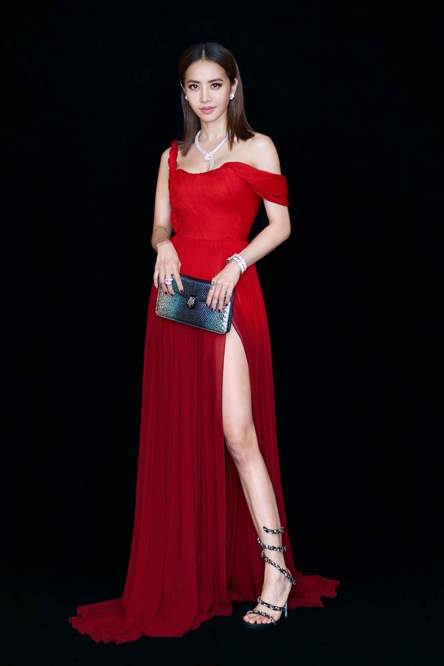 蔡依林一身豔紅禮服搭配寶格麗的Serpenti珠寶飾品,妖嬌性感。(BVLGARI提供)