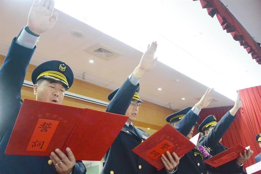 苗栗縣新任警分局長宣誓就職。(巫靜婷攝)