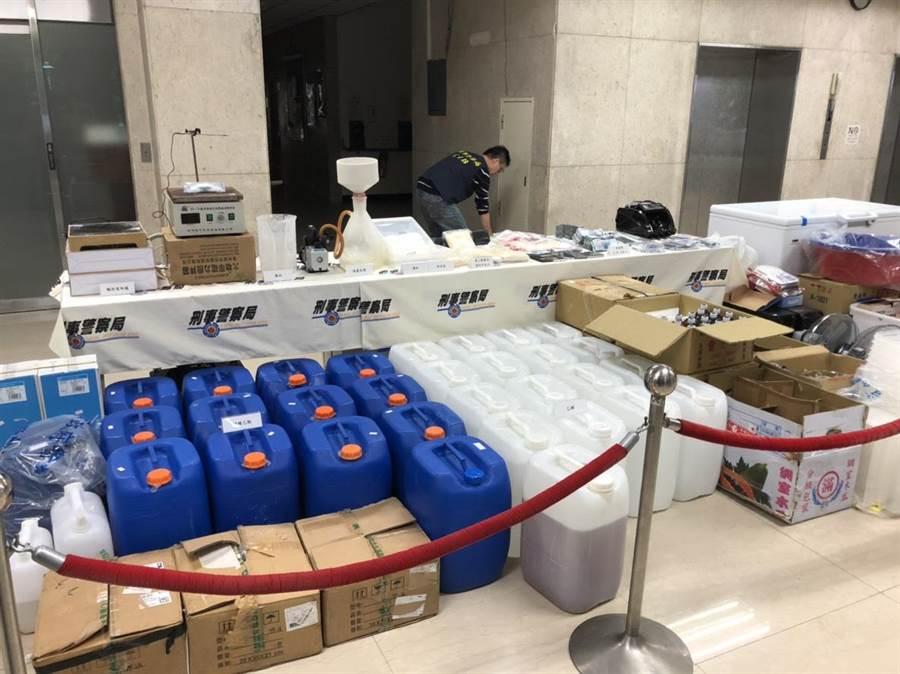 警方查獲大批製毒工具等贓證物。(林郁平攝)
