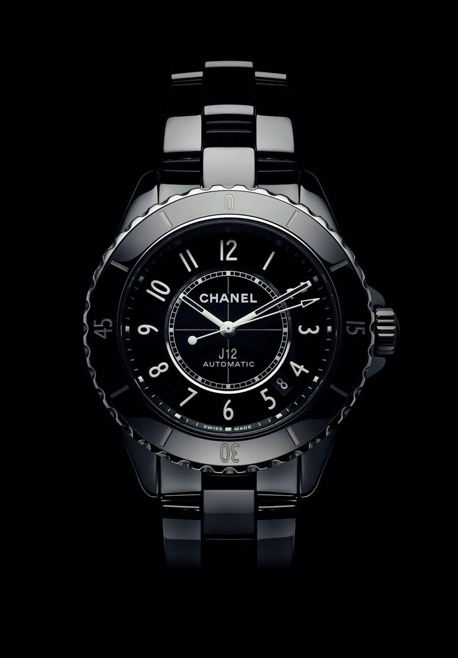 香奈兒J12黑色抗磨精密陶瓷腕表,機芯、功能、材質再升級,動力儲存70小時,保固延長到5年。(CHANEL提供)