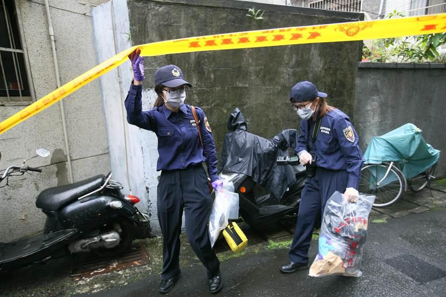 鑑識人員現場採證後,離開時將證物裝袋攜出。(張鎧乙攝)