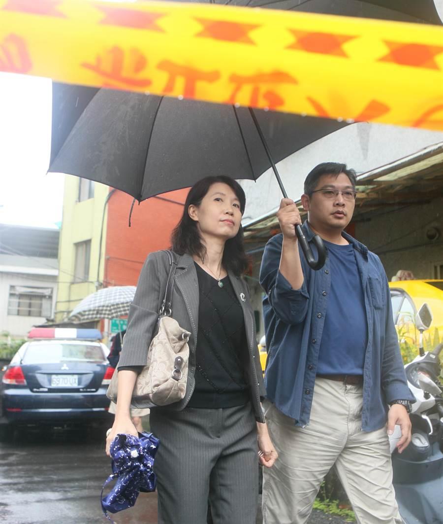 士林地檢主任檢察官吳廣莉(左)到現場勘驗。(張鎧乙攝)