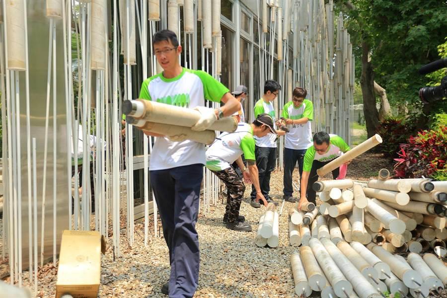 正隆員工拆卸回收瓦楞紙製成的2500根環保紙管,並運送到正隆后里廠製成各式紙製品。(正隆提供)