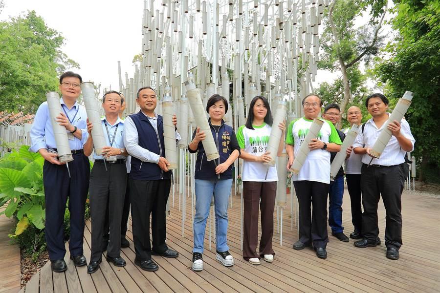 台中市副市長楊瓊櫻(左四)與正隆董事長鄭舒云(左五)共同拆卸環保紙管。(正隆提供)