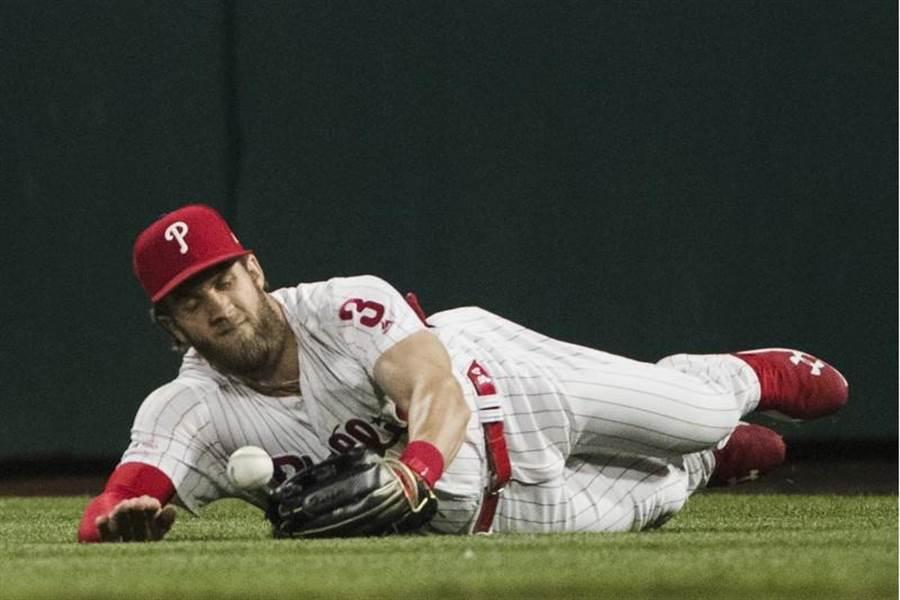 哈波在8局上發生漏接外野飛球的失誤。(美聯社)