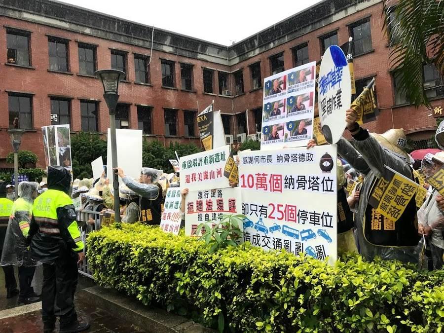 反對納骨塔興建案民眾1日上午聚集在竹北市公所前,大聲呼籲「重新選址、重啟環評」。(莊旻靜攝)