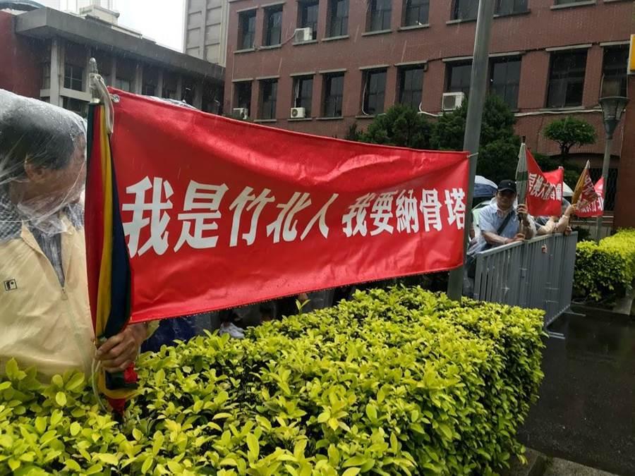 反對納骨塔興建案民眾1日上午聚集在竹北市公所前,認為竹北市確實需要納骨塔。(莊旻靜攝)