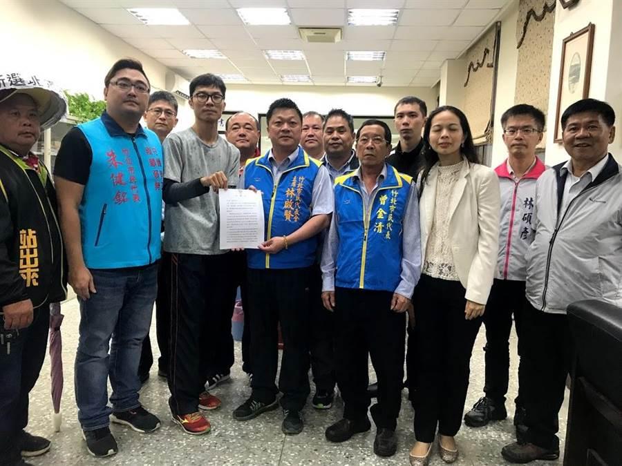 反對納骨塔的自救會成員1日上午前往代表會,遞交陳情書,由主席林啟賢(左四)代表收下。(莊旻靜攝)