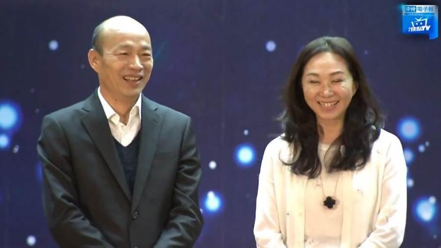 高雄市長韓國瑜(左)、妻子李佳芬(右)。(圖/本報系影音截圖)