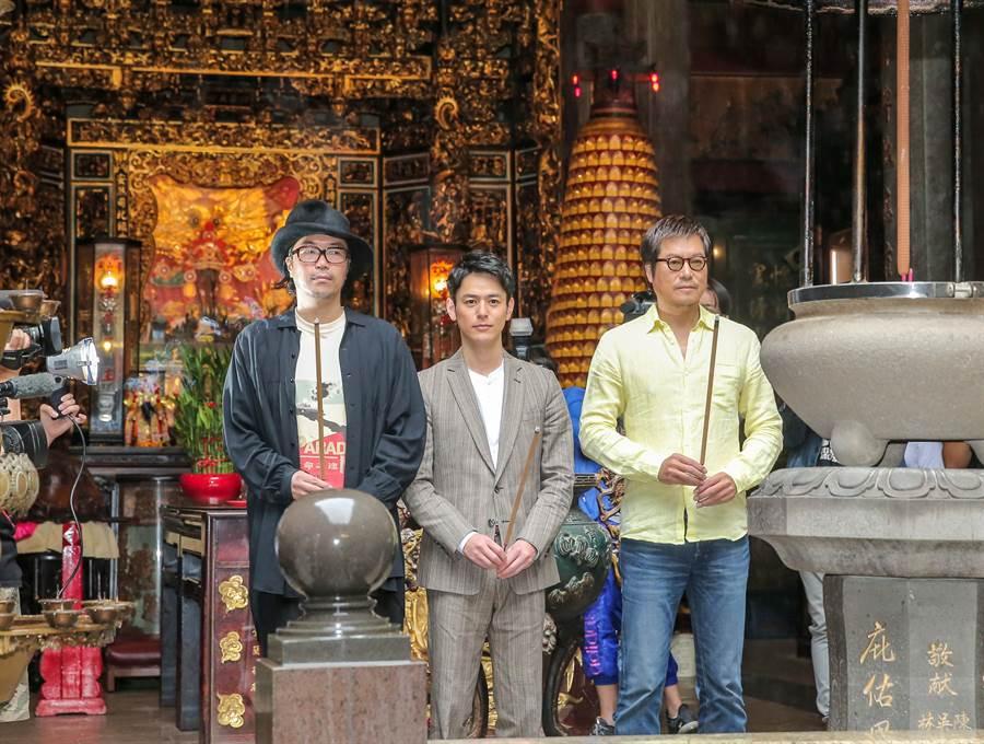 妻夫木聰、豐川悅司和半野喜弘在青山宮上香祈福。(盧禕祺攝)