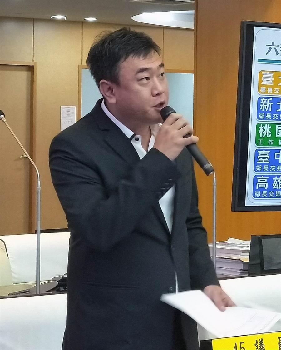 台南市議員吳禹寰關心偏鄉「無醫里」議題,要求市府在南關線高鐵專區籌建綜合醫院。(洪榮志攝)