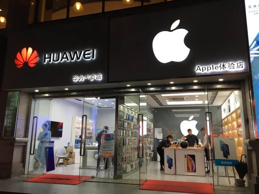 國際數據資訊公司表示,今年首季智慧型手機市場較去年萎縮,霸主三星與蘋果出貨量都萎縮,但華為卻強勢成長,擠下蘋果奪下第二名。(示意圖/達志影像)