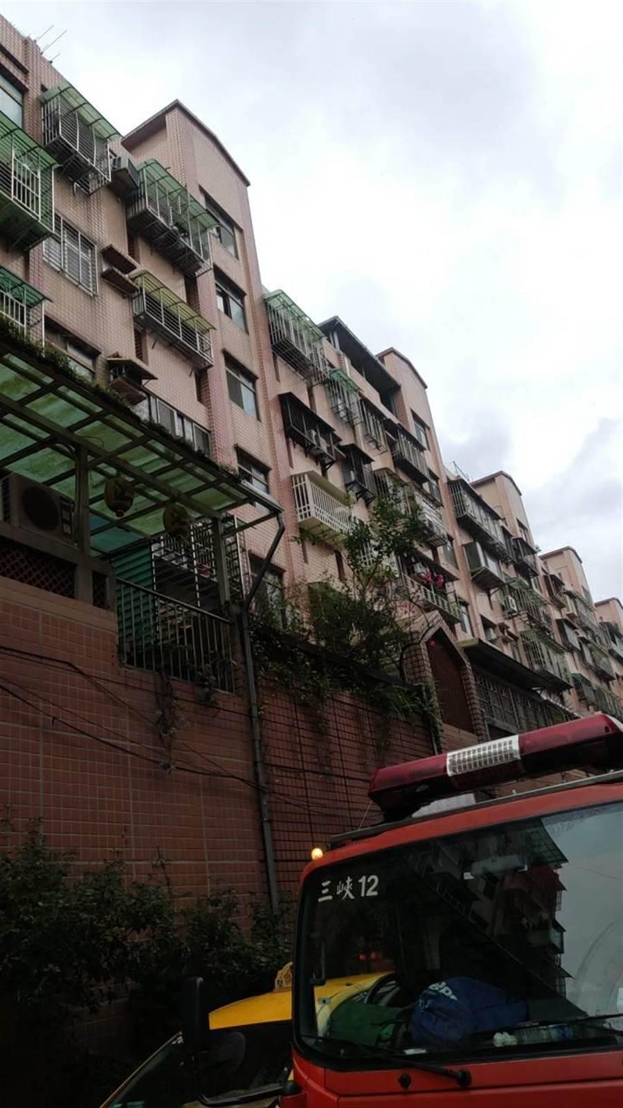 新北市三峽區介壽路一處民宅5樓,今下午3時許發生氣爆。(許哲瑗翻攝)