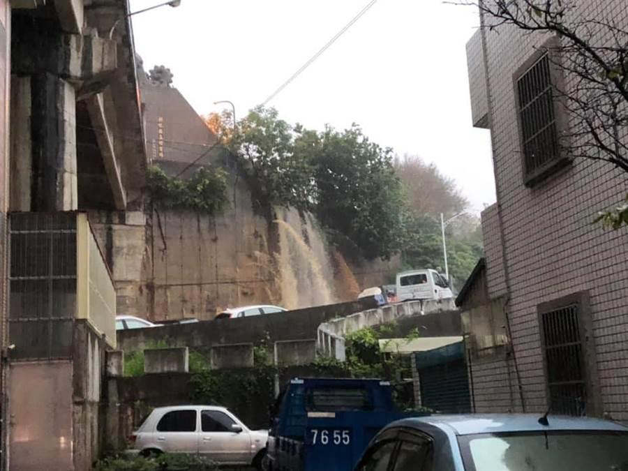 介壽新村山坡含水量大,擋土牆的排水孔,噴湧黃泉。(摘自彰化人大小事臉書)