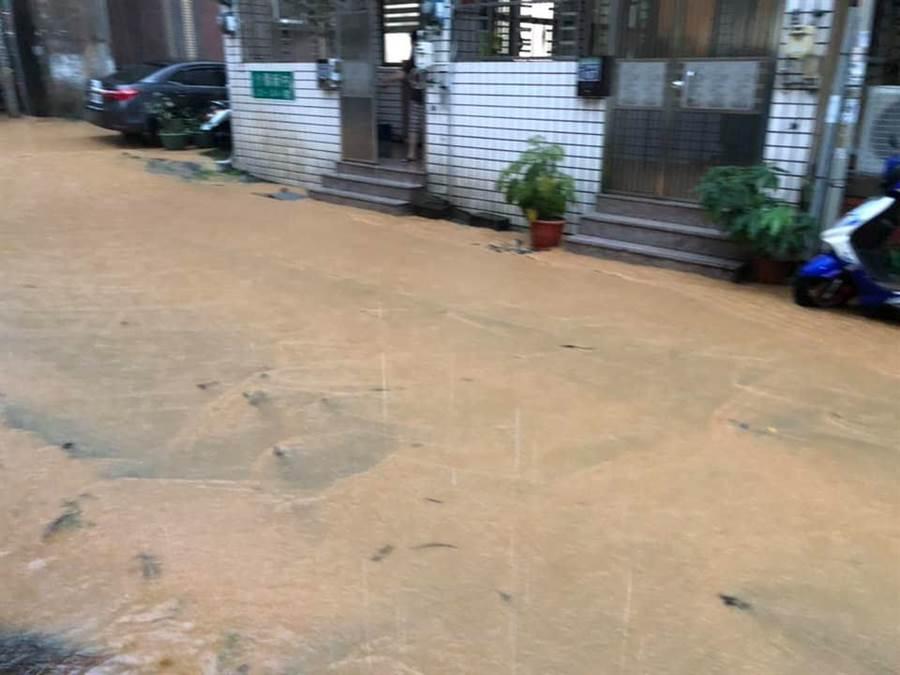 一夜大雨,介壽新村黃泥滾滾。(摘自彰化人大小事臉書)