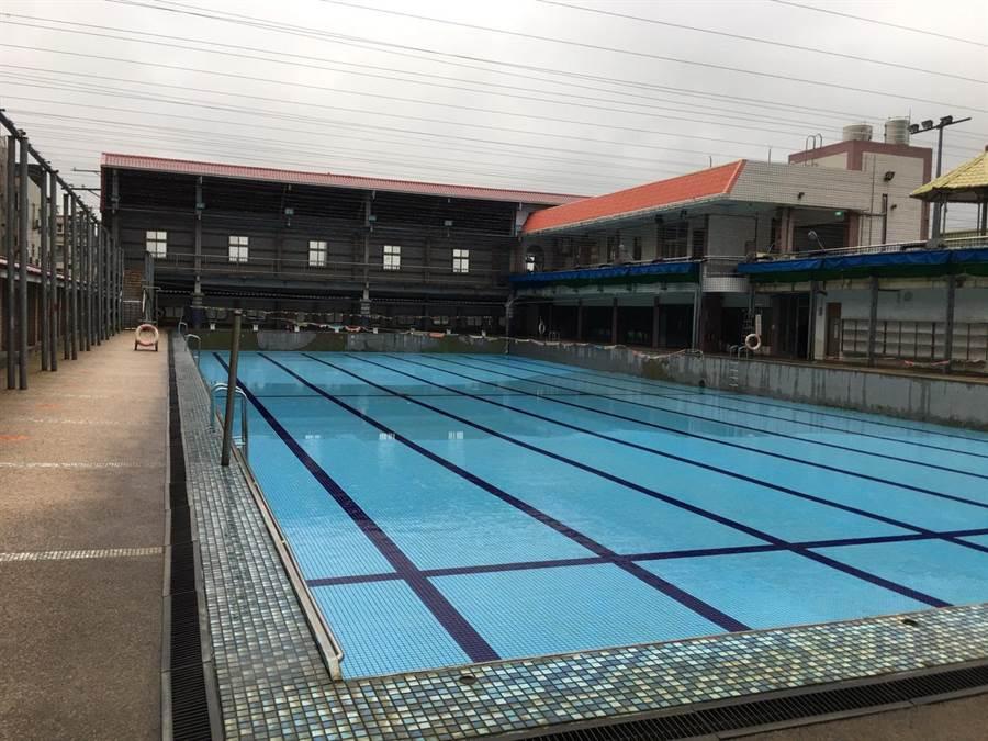 台中市龍井區立三德游泳池1日突然關門,引發地方民眾議論,圖為泳池內空無一人的冷清狀況。(林欣儀攝)