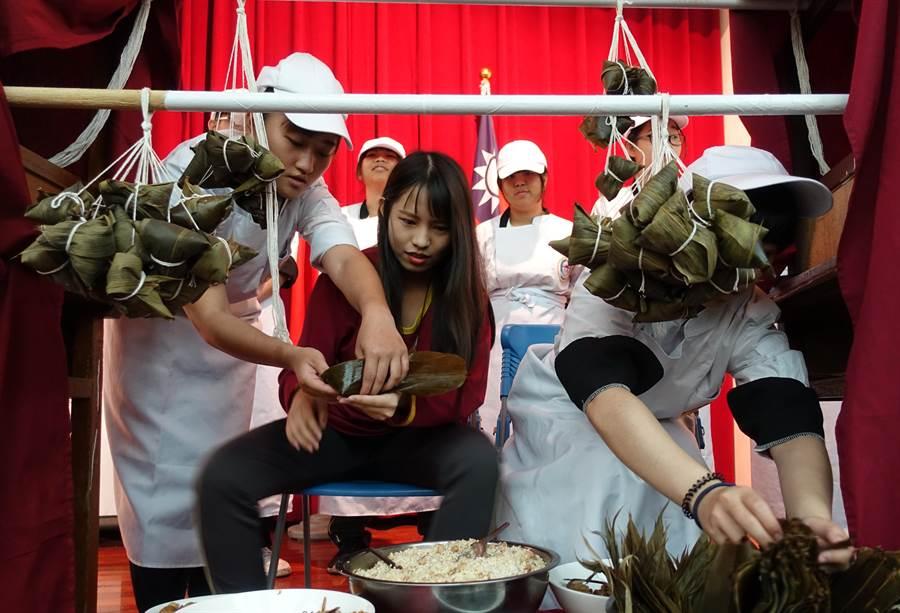 雲林縣虎尾大成商工學生DIY專屬的粽子,希望統測「包中」。(許素惠攝)