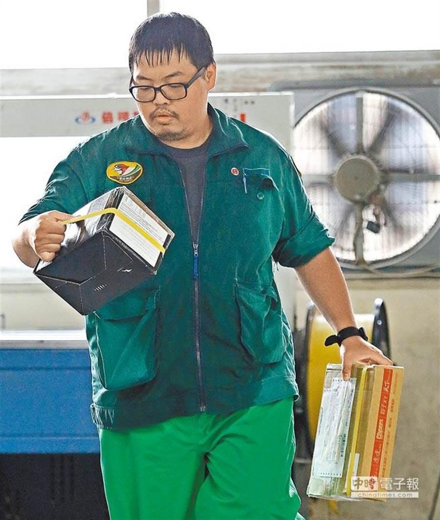 交通部長林佳龍宣布調高中華郵政公司15公噸以上大貨車的駕駛津貼。(報系資料照)