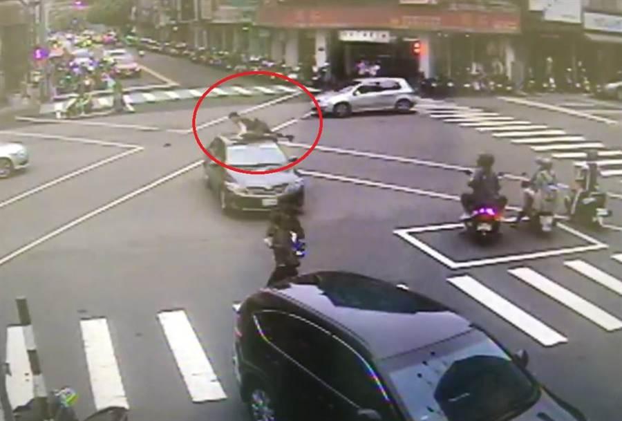 連環車禍波及12輛車連環撞,,造成1名過馬路的男子當場噴飛,共4人受傷送醫。(照片由警方提供)