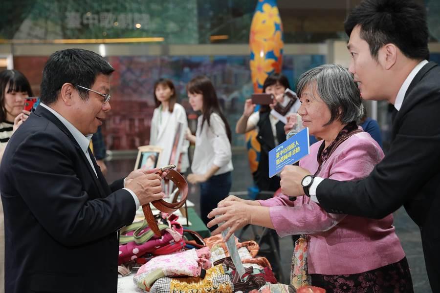 台中市政府文化副局長施純福(左起)與創意工藝街頭藝人互動。(林欣儀攝)
