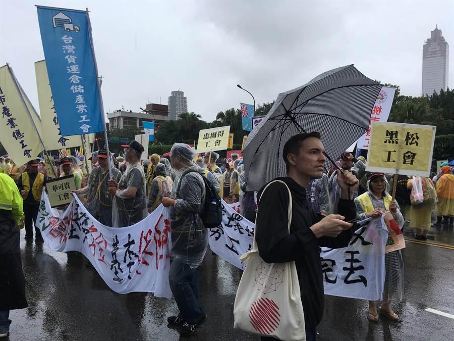 五一勞工大遊行在雨中出發。(游昇俯攝)