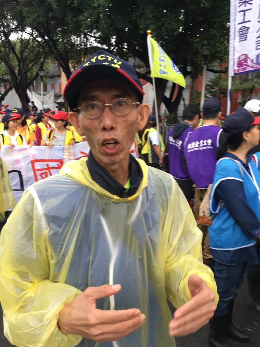 擔任清潔員的謝先生預言2020大選蔡政府會下台。(游昇俯攝)