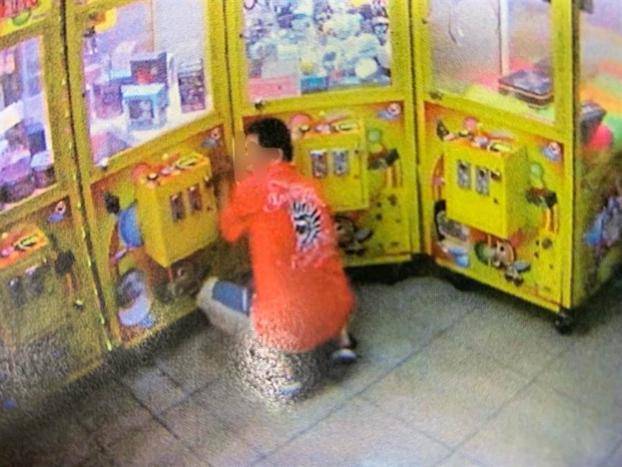 桃園市龜山區40歲吳姓男子昨天晚上到夾娃娃機店利用畚箕,伸入機台內試圖竊取商品,被員警逮個正著。(賴佑維翻攝)
