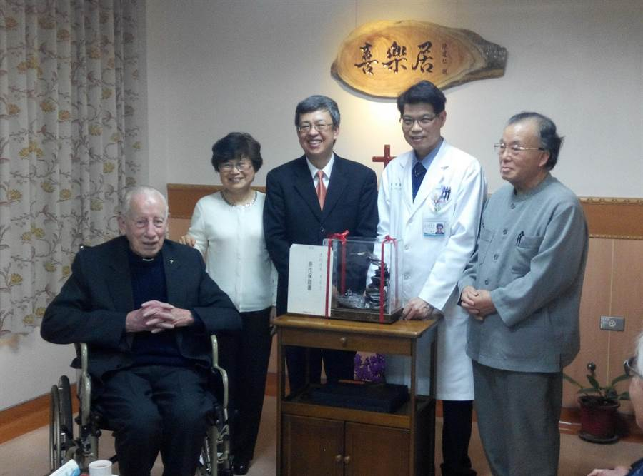 雲林縣府和虎尾若瑟醫院將為畢耀遠神父(左)舉行追思音樂會,院方徵求鄉親分享畢爺爺的小故事。(資料照片/許素惠攝)