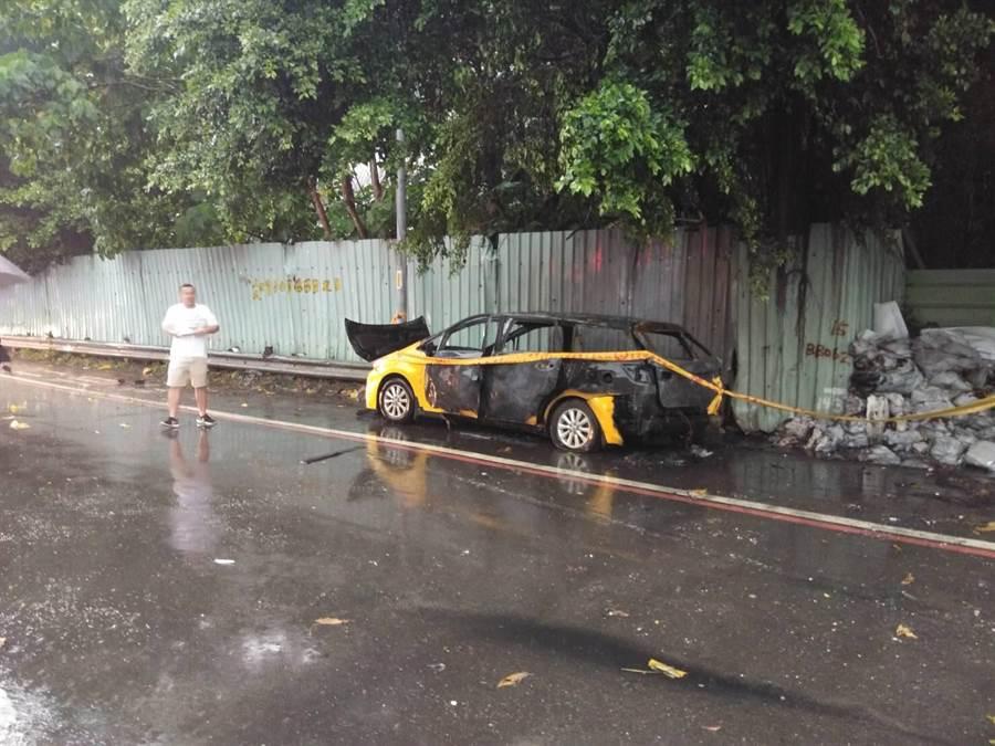 新北市板橋區上午發生火燒車事件,在駕駛座發現一具焦屍。(王揚傑翻攝)